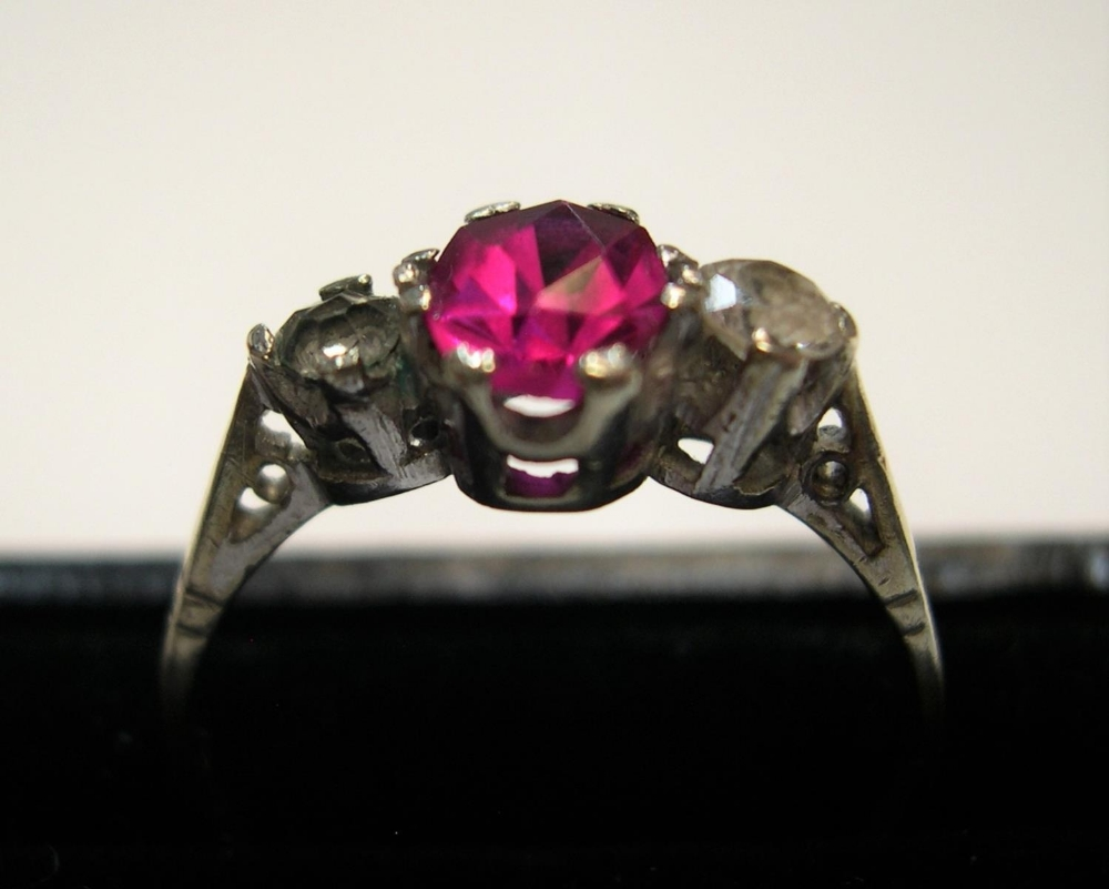 9ct yellow gold ring with a central ruby. Approx 1.8 grams gross, size Q