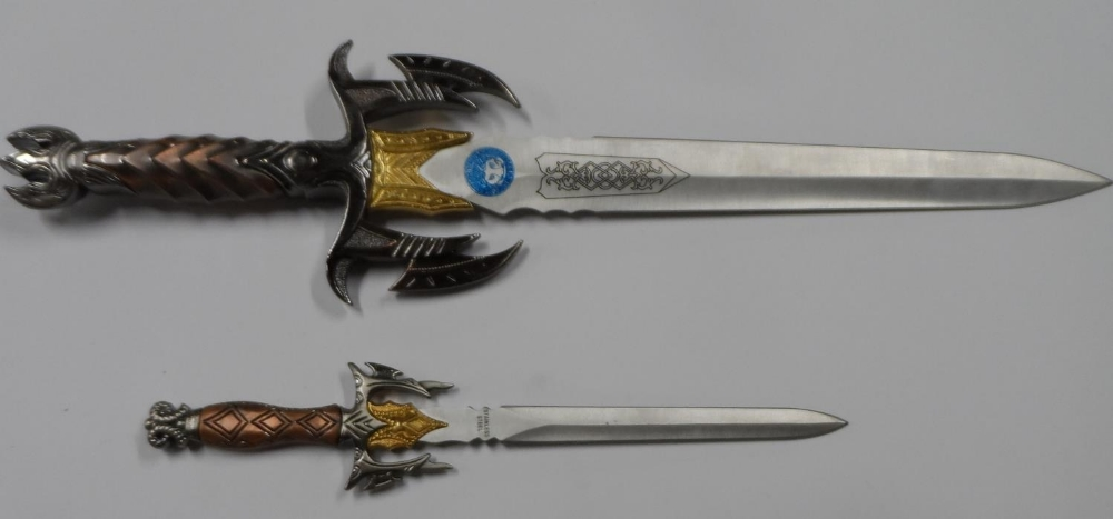 """Fine quality cast """"Game of thrones"""" style knife with sheath & smaller example - Image 3 of 5"""