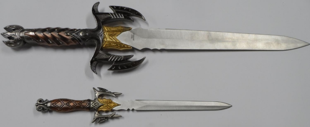 """Fine quality cast """"Game of thrones"""" style knife with sheath & smaller example - Image 4 of 5"""