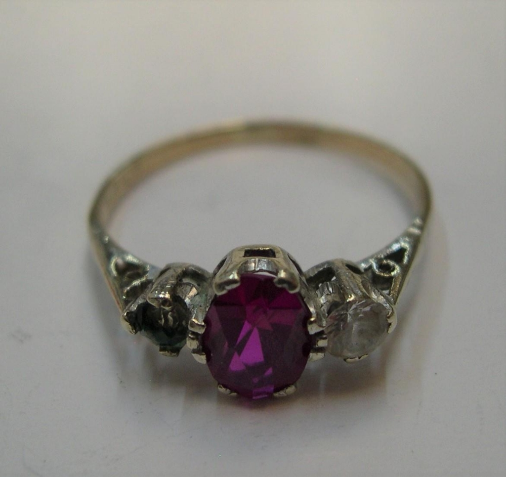 9ct yellow gold ring with a central ruby. Approx 1.8 grams gross, size Q - Image 3 of 3