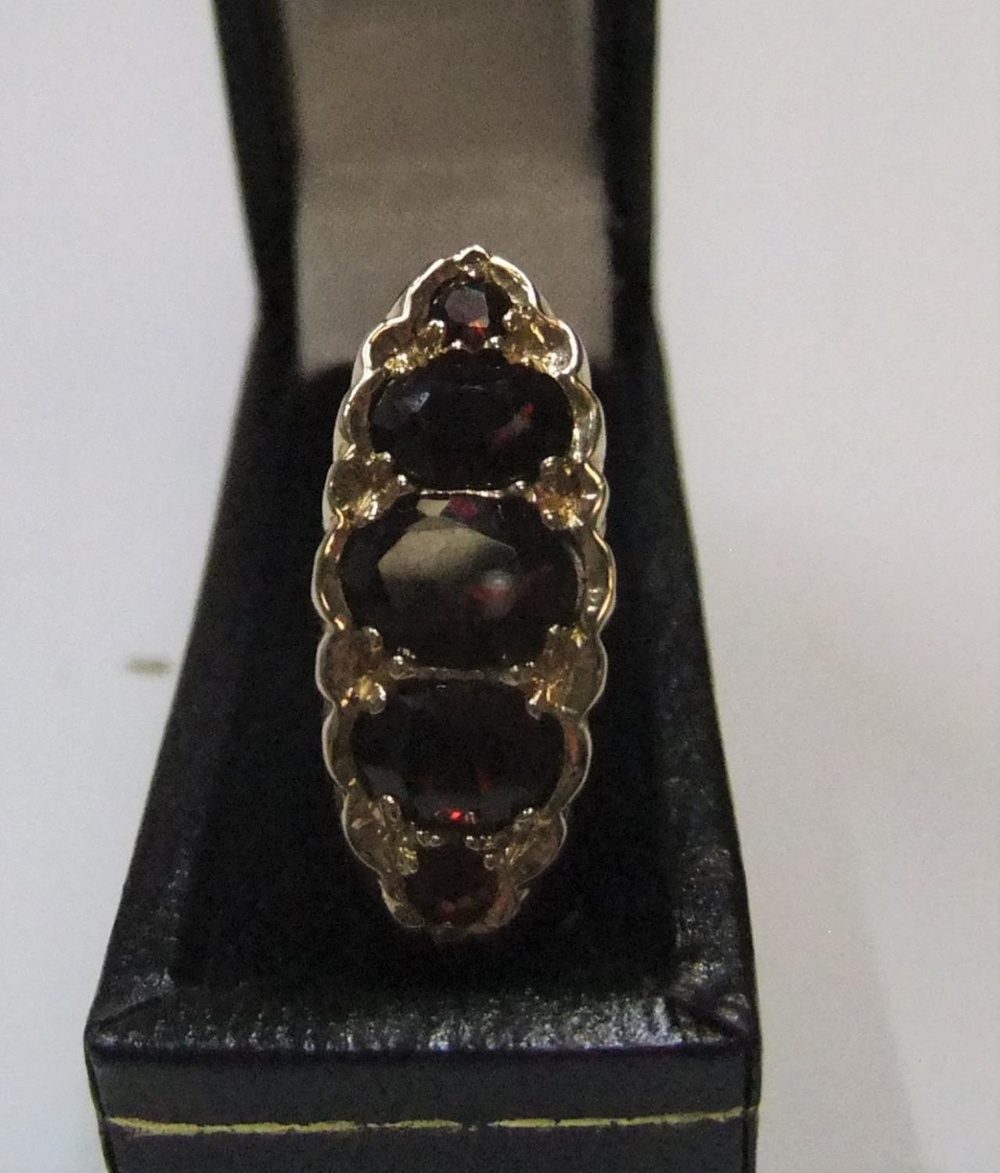 9ct yellow gold 5 garnet ring Approx 4.2 grams gross, size O - Image 2 of 3