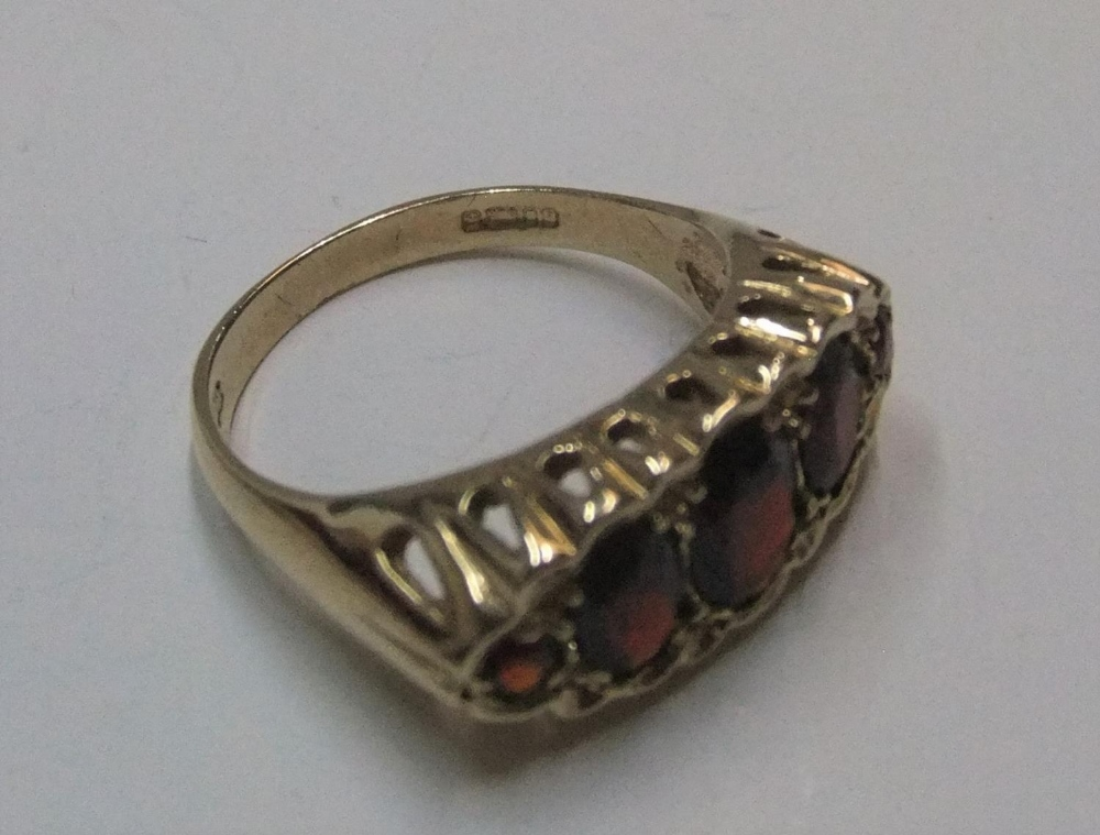 9ct yellow gold 5 garnet ring Approx 4.2 grams gross, size O - Image 3 of 3