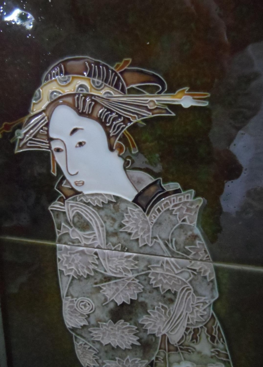 Signed 3-tiled Japanese geisha girl, in thin wood frame, 64 x 24 cm - Image 3 of 5