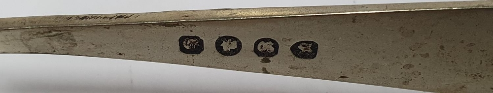 Hallmarked miniature silver dish together with EPNS sugar tongues (2) - Image 4 of 4