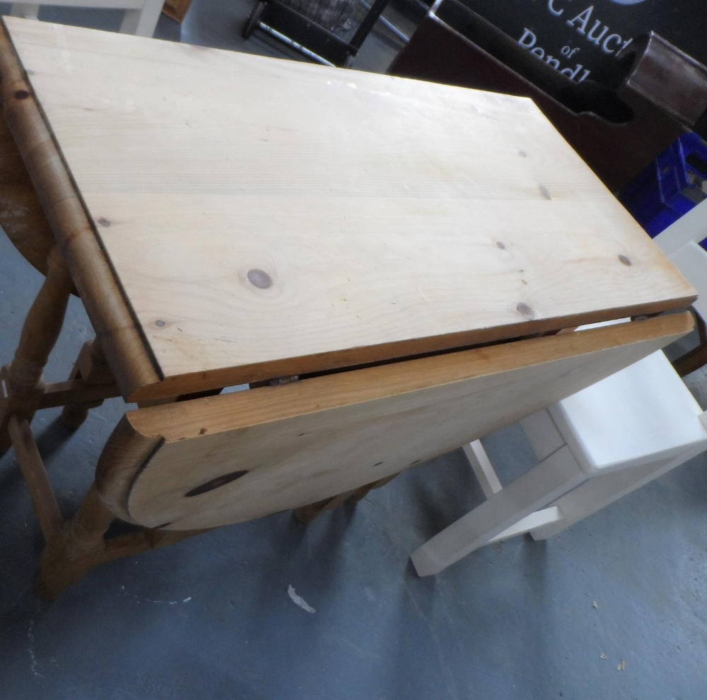 Drop leaf pine table with 4 solid wood (painted) chairs, The table measures 90 x 133 cm - Image 4 of 4