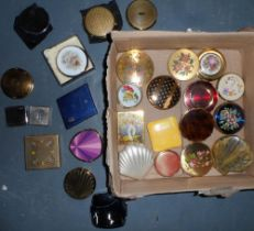 Large quantity of vintage ladies compacts to include examples by Straton, Coty & Clinique (Qty)