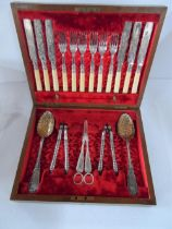 Fine quality antique boxed cutlery set complete with 6 knives & forks, 2 large Berry style serving