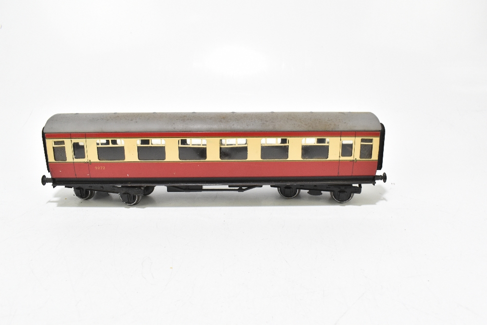BASSETT-LOWKE; four post-war coaches in BR red and cream livery including a First Class example ( - Image 9 of 13