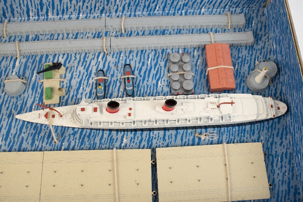 TRI-ANG MINIC; a boxed 'Ships R.M.S. Queen Elizabeth Presentation Set'.Additional InformationBox - Image 3 of 5