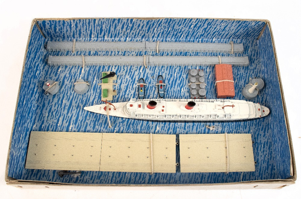 TRI-ANG MINIC; a boxed 'Ships R.M.S. Queen Elizabeth Presentation Set'.Additional InformationBox