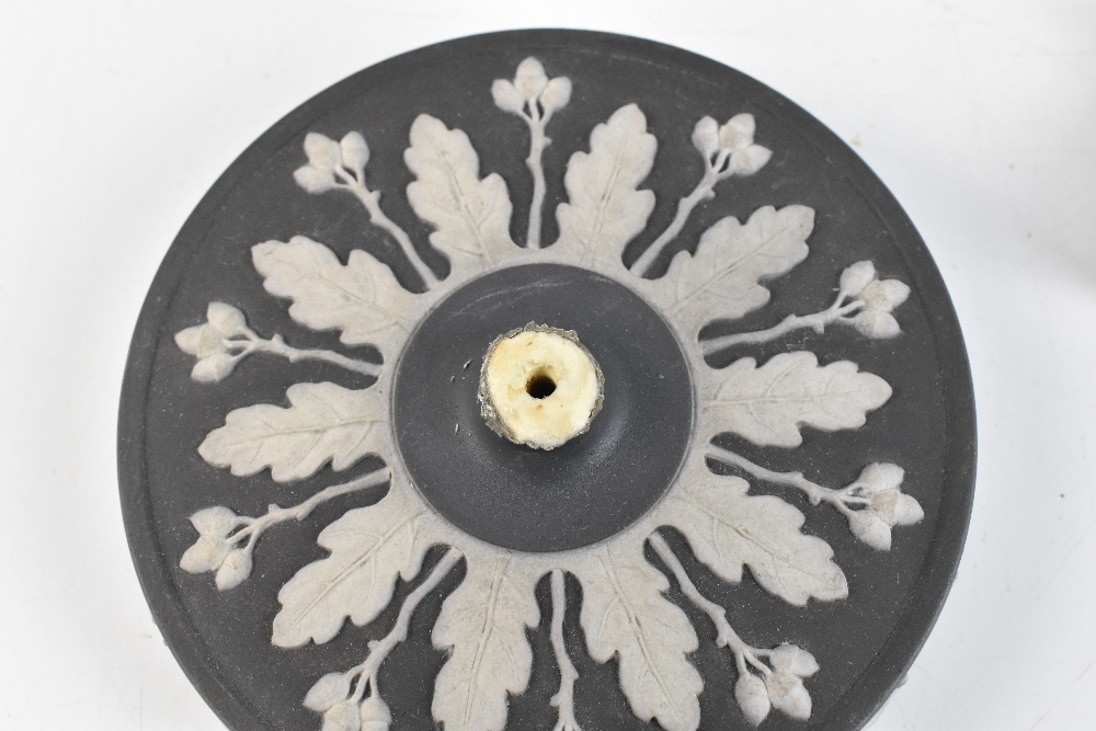 WEDGWOOD; a good 19th century large black and white jasper dip jar and cover with high looped - Image 5 of 8