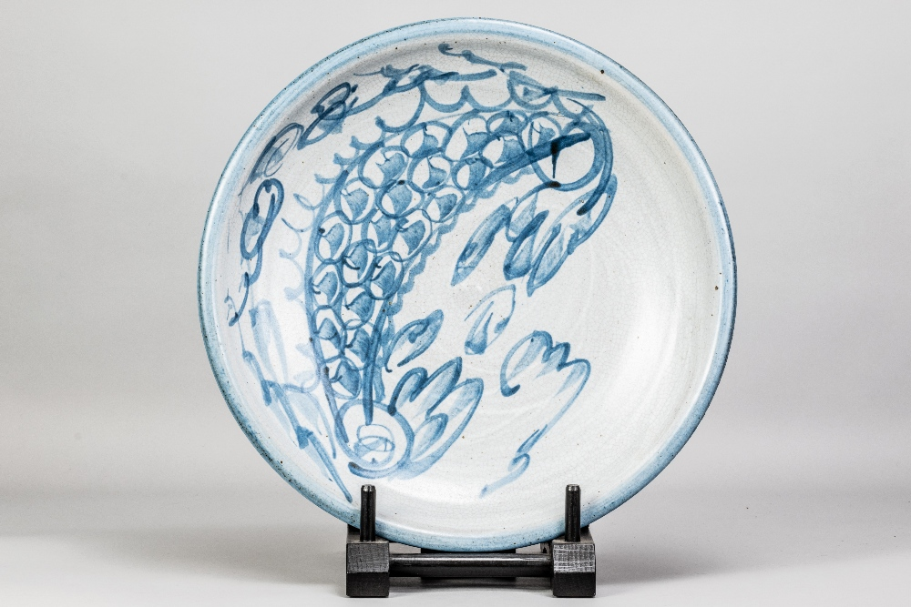 MALCOLM PEPPER (1937-1980); a stoneware charger covered in grey crackle glaze with cobalt