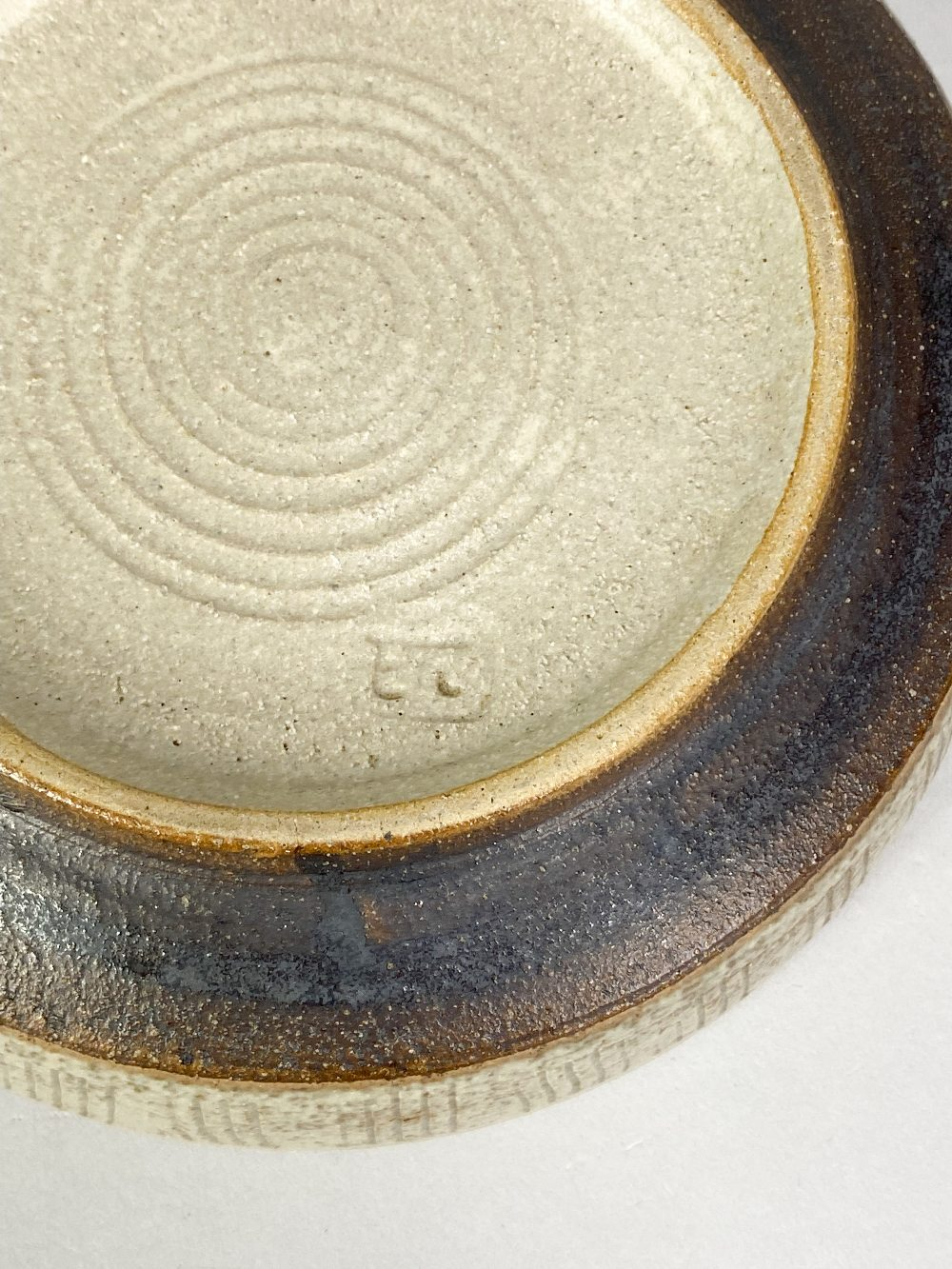EILEEN LEWENSTEIN (1925-2005); a small stoneware dish with sgraffito decoration, impressed EL - Image 5 of 5