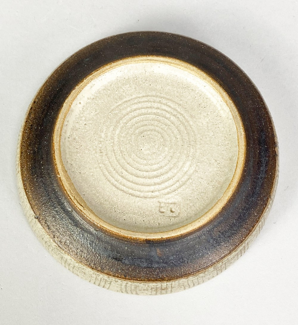 EILEEN LEWENSTEIN (1925-2005); a small stoneware dish with sgraffito decoration, impressed EL - Image 4 of 5