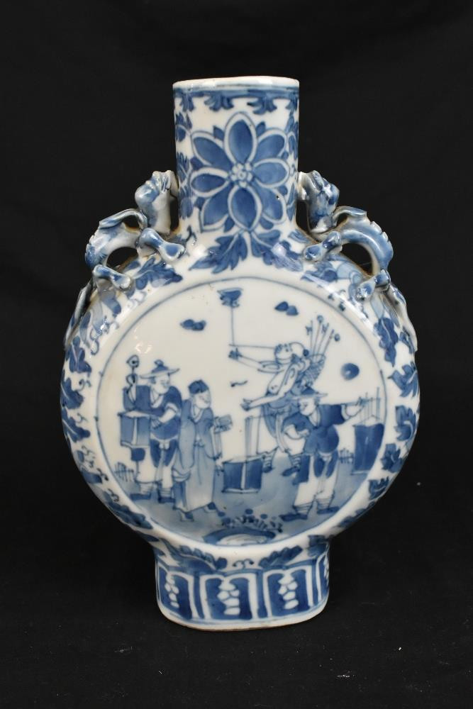 A late 19th century Chinese blue and white porcelain twin handled moon flask with moulded handles - Image 7 of 18