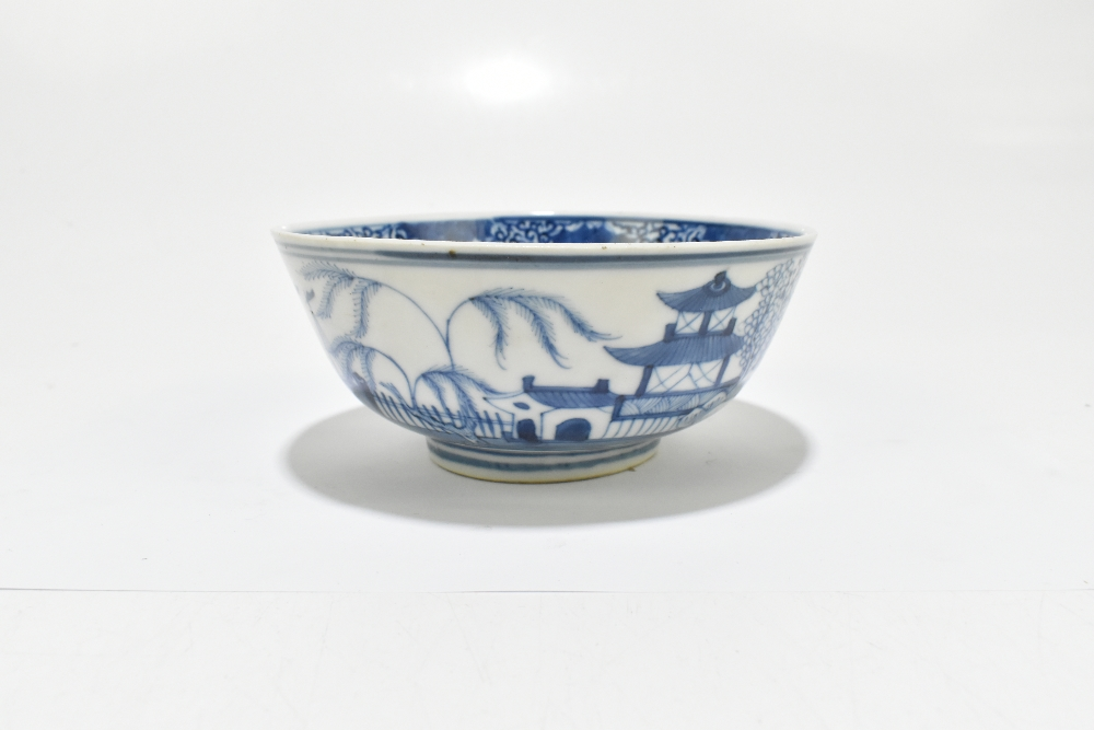 A 19th century Chinese blue and white porcelain footed bowl decorated with objects to the interior - Image 6 of 8
