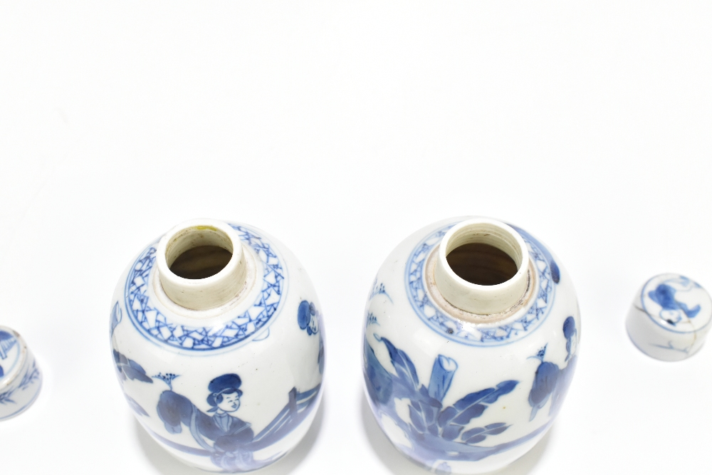 A pair of 18th century Chinese blue and white porcelain tea caddies and covers, painted with maidens - Image 4 of 23