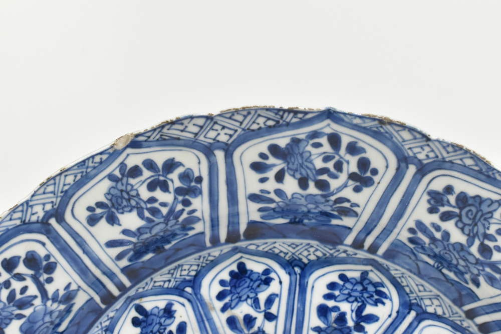 An 18th century Chinese Export blue and white porcelain wall charger with central stylised floral - Image 3 of 6