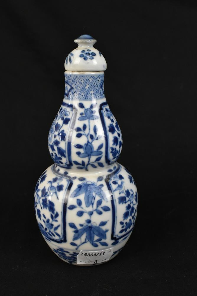 A late 19th century Chinese blue and white porcelain twin handled moon flask with moulded handles - Image 5 of 18