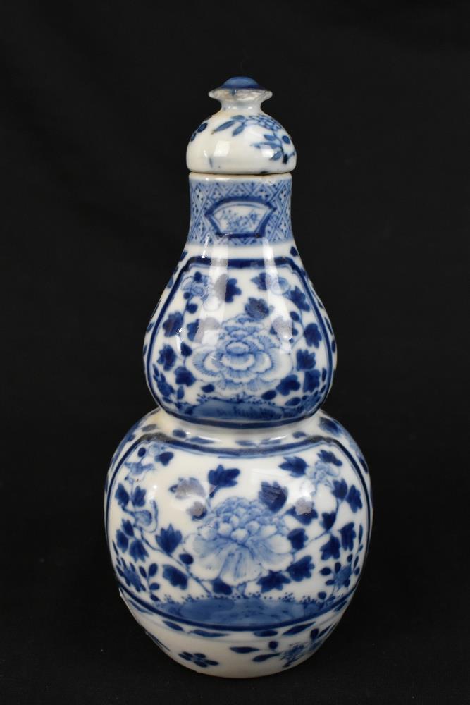 A late 19th century Chinese blue and white porcelain twin handled moon flask with moulded handles - Image 4 of 18