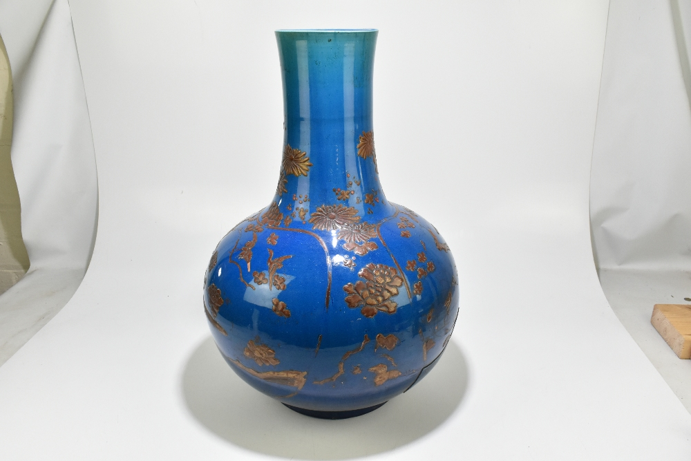 A large and impressive Chinese ceramic baluster form vase with relief chinoiserie decoration - Image 4 of 6
