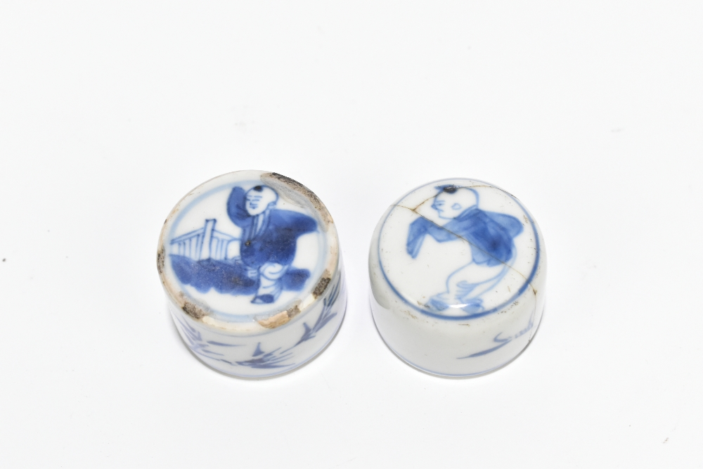 A pair of 18th century Chinese blue and white porcelain tea caddies and covers, painted with maidens - Image 7 of 23
