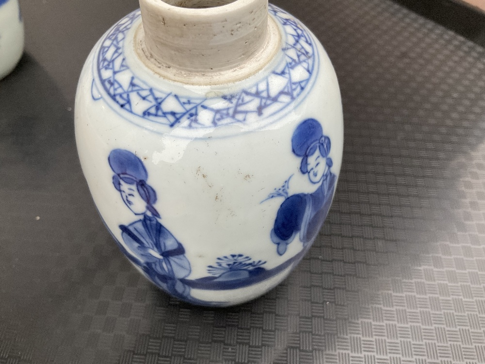 A pair of 18th century Chinese blue and white porcelain tea caddies and covers, painted with maidens - Image 22 of 23