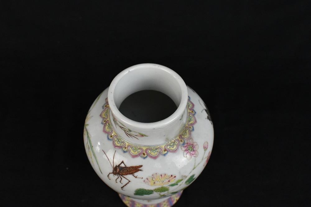 A pair of early 20th century Chinese porcelain Famille Rose temple jars and covers painted with - Image 13 of 16