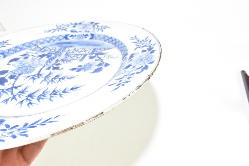 An 18th century Chinese Export blue and white porcelain wall charger decorated with lotus flowers - Image 5 of 7