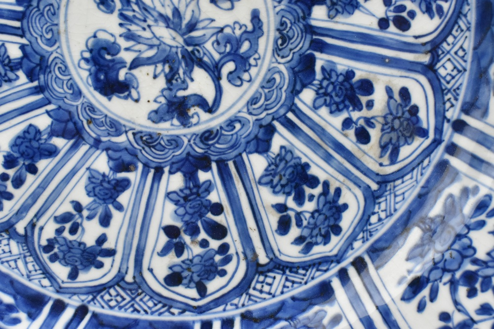 An 18th century Chinese Export blue and white porcelain wall charger with central stylised floral - Image 5 of 6