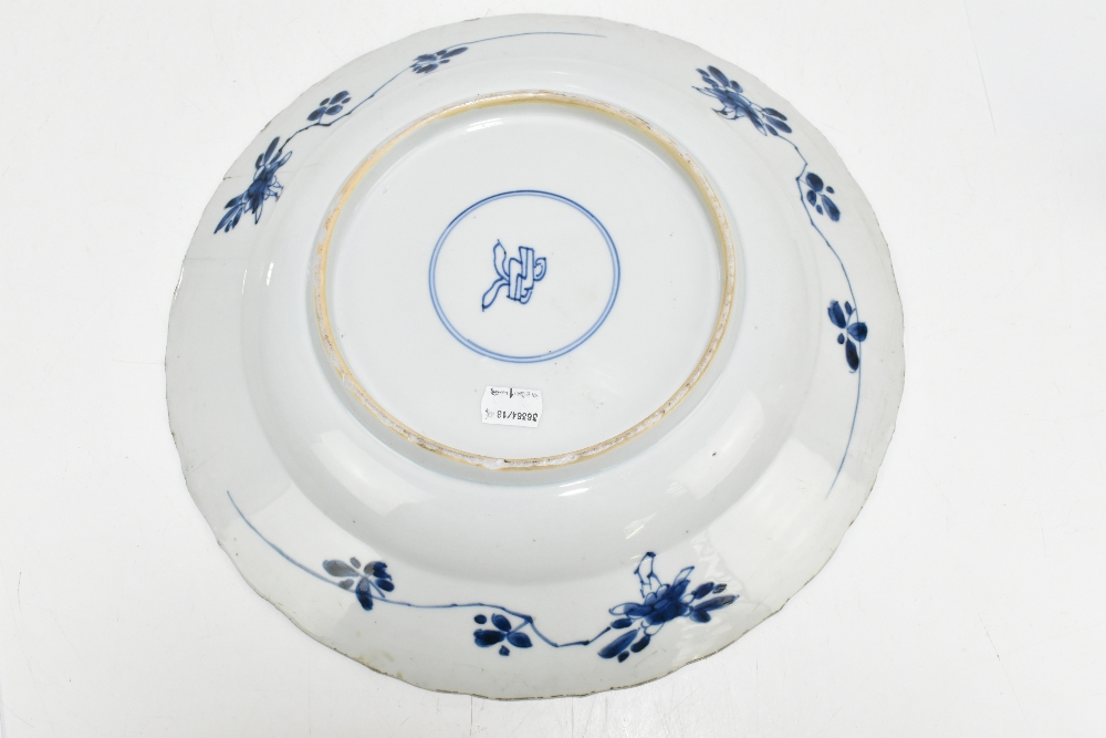 An 18th century Chinese Export blue and white porcelain wall charger with central stylised floral - Image 6 of 6