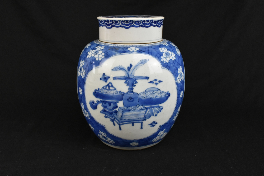 A late 19th century Chinese blue and white ginger jar and cover, the cover painted with a shishi - Image 4 of 10