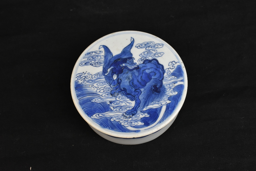 A late 19th century Chinese blue and white ginger jar and cover, the cover painted with a shishi - Image 7 of 10