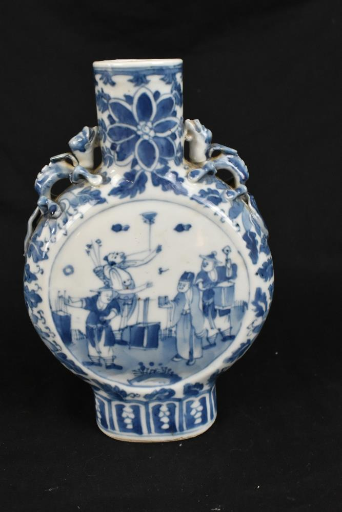 A late 19th century Chinese blue and white porcelain twin handled moon flask with moulded handles - Image 9 of 18
