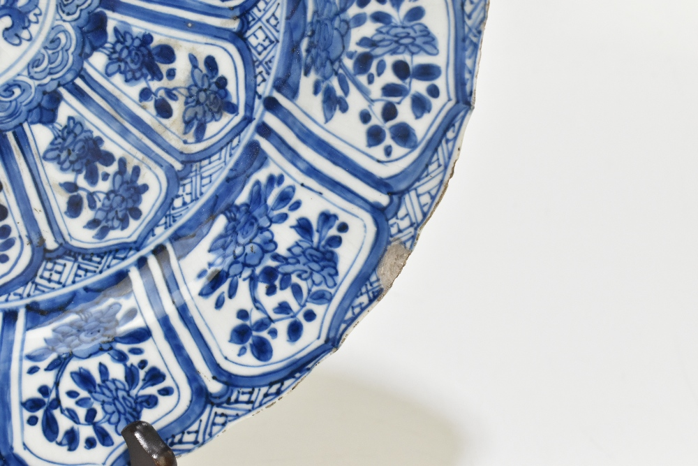 An 18th century Chinese Export blue and white porcelain wall charger with central stylised floral - Image 2 of 6