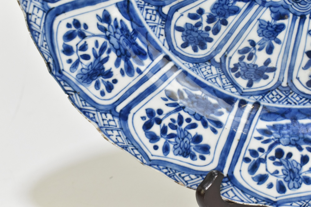 An 18th century Chinese Export blue and white porcelain wall charger with central stylised floral - Image 4 of 6