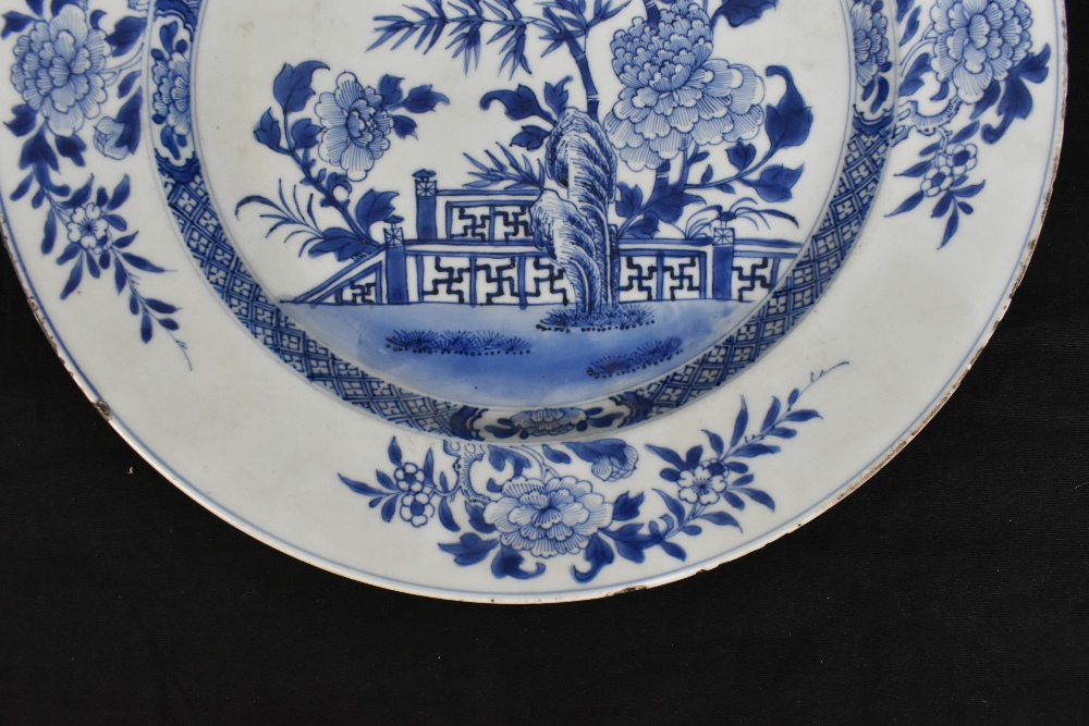 An 18th century Chinese Export blue and white porcelain wall charger decorated with lotus flowers - Image 2 of 7