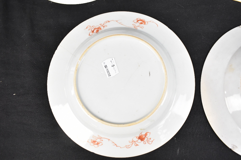 An 18th century Chinese Export Famille Rose oval platter with floral decoration, 27 x 37cm and - Image 8 of 13