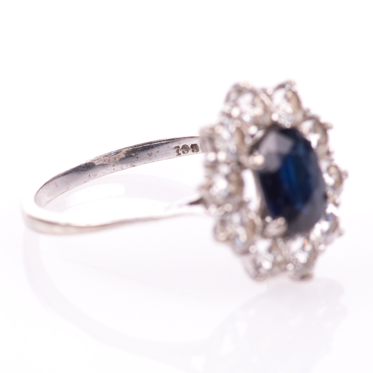 18ct White Gold 1ct Sapphire & 1ct Diamond Cluster Ring - Image 7 of 7