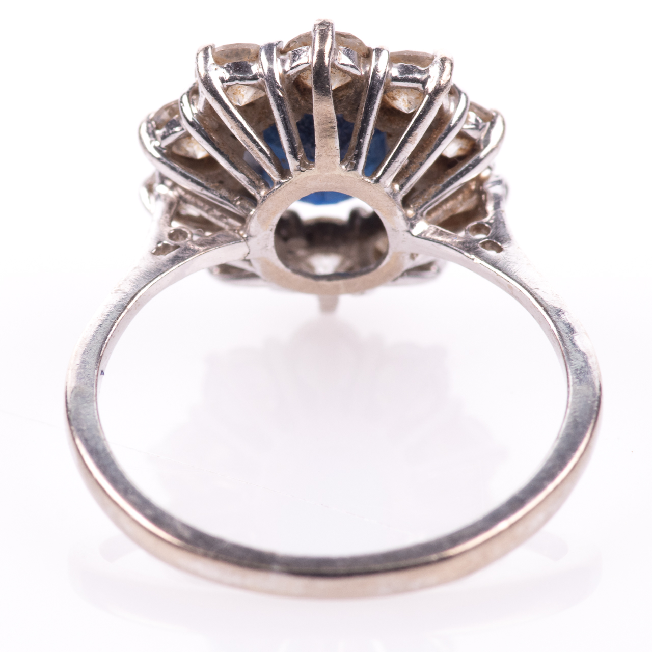 18ct White Gold 1ct Sapphire & 1ct Diamond Cluster Ring - Image 5 of 7