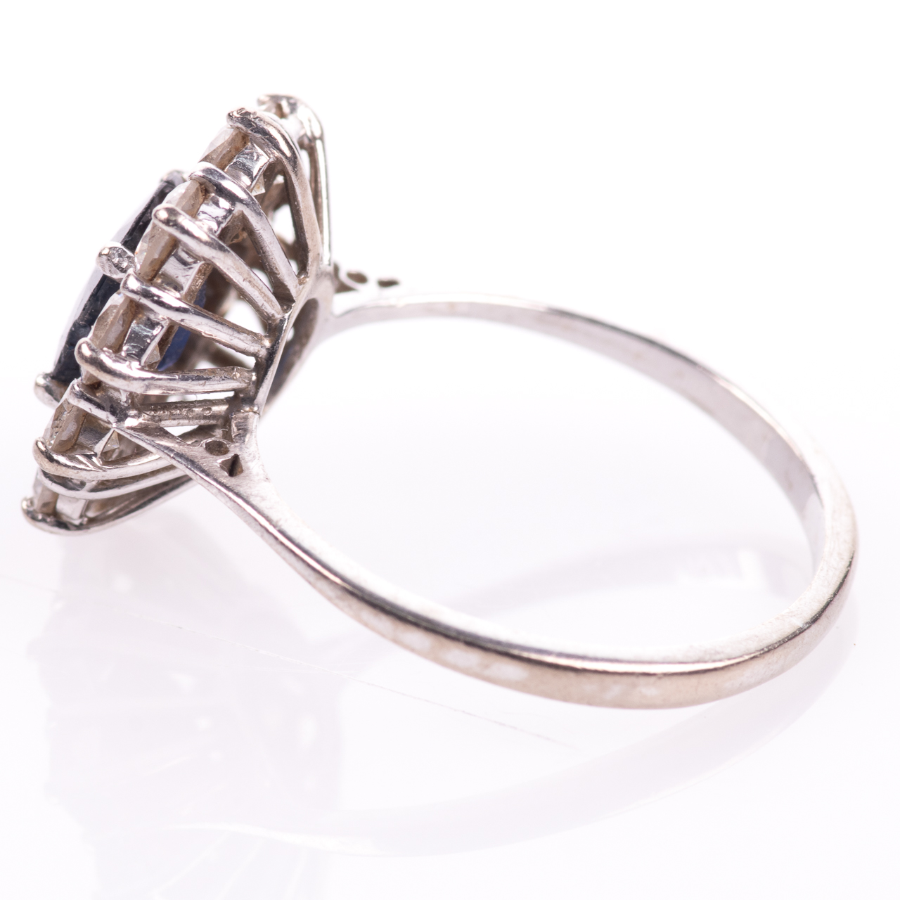 18ct White Gold 1ct Sapphire & 1ct Diamond Cluster Ring - Image 4 of 7