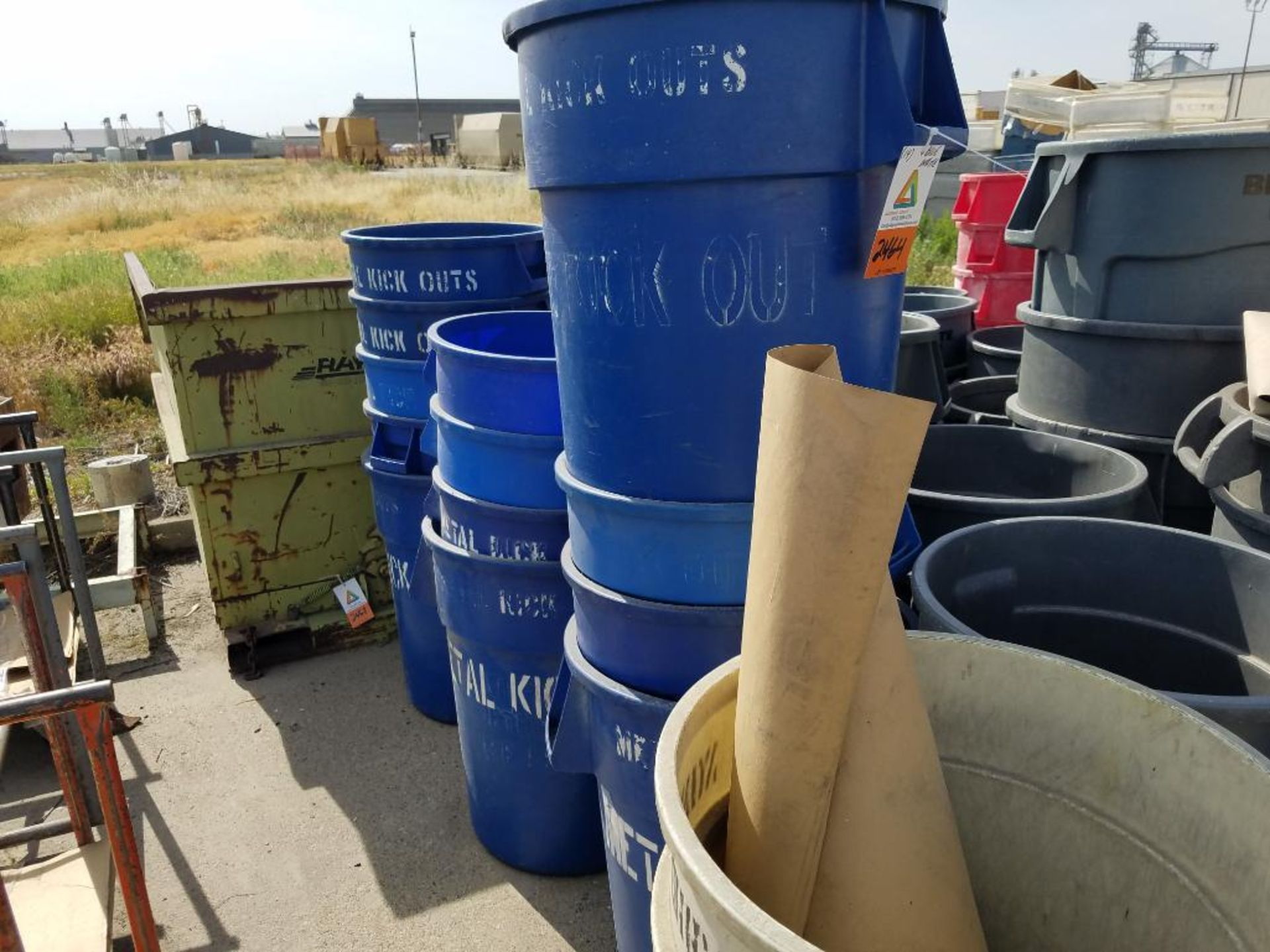Brute blue and white garbage cans - Image 2 of 2