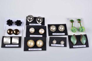Los 10 Paar Ohrclips aus Juweliersauflösung, verschiedene Modelle, Silber, Emaille un