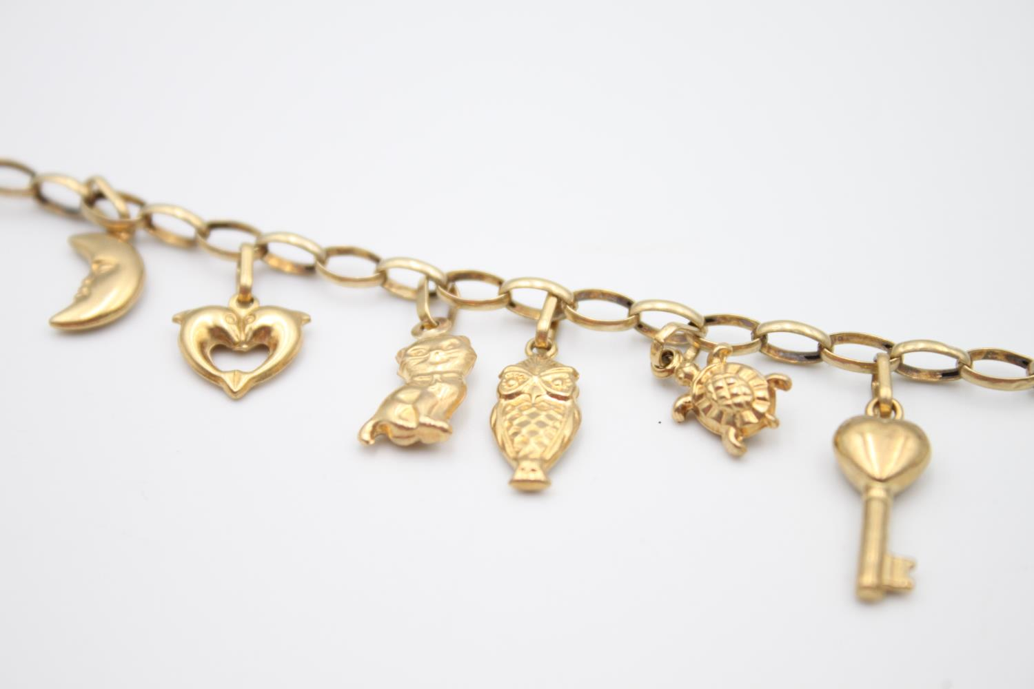 vintage 9ct gold rolo link charm bracelet with a variety of charms 5.7g - Image 3 of 7