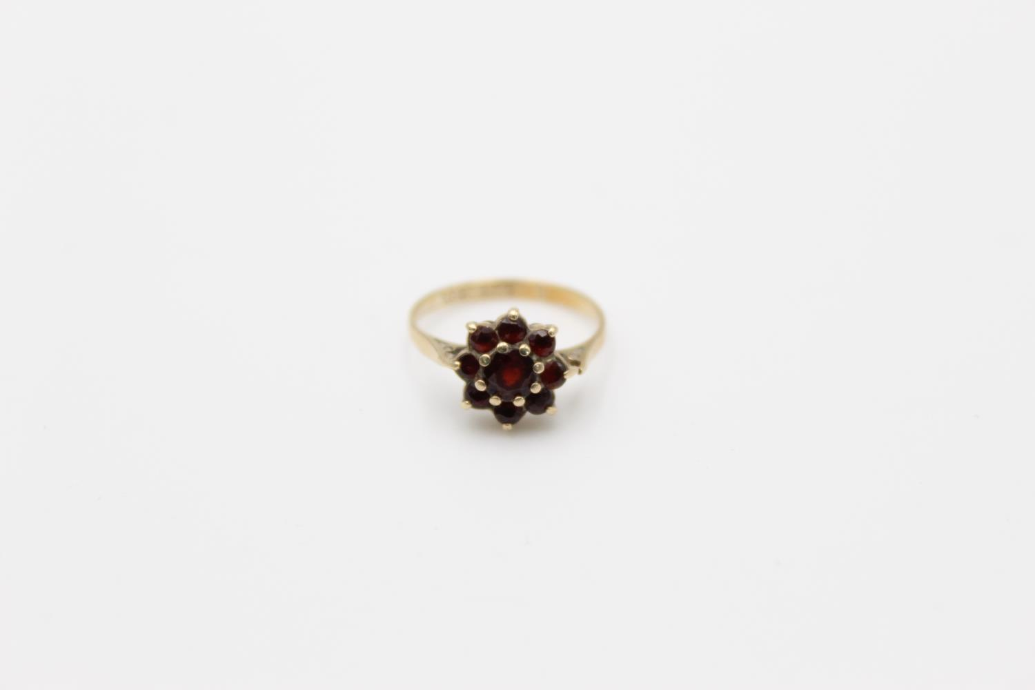 2 x 9ct gold garnet rings inc 7 stone, cluster 4.1g Size O & H - Image 2 of 10
