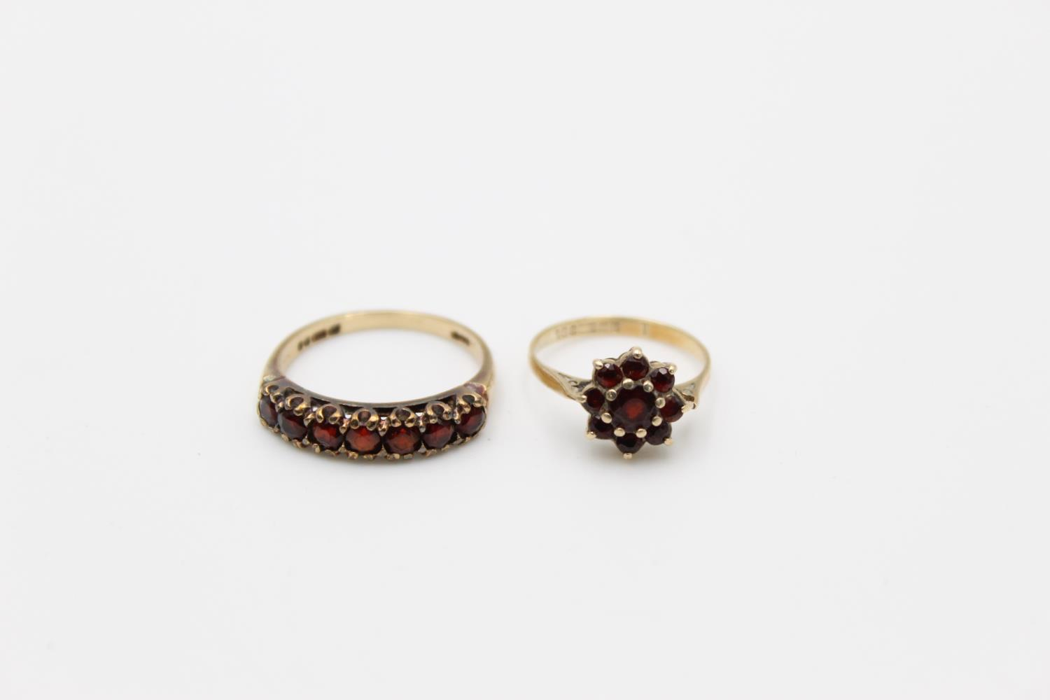 2 x 9ct gold garnet rings inc 7 stone, cluster 4.1g Size O & H