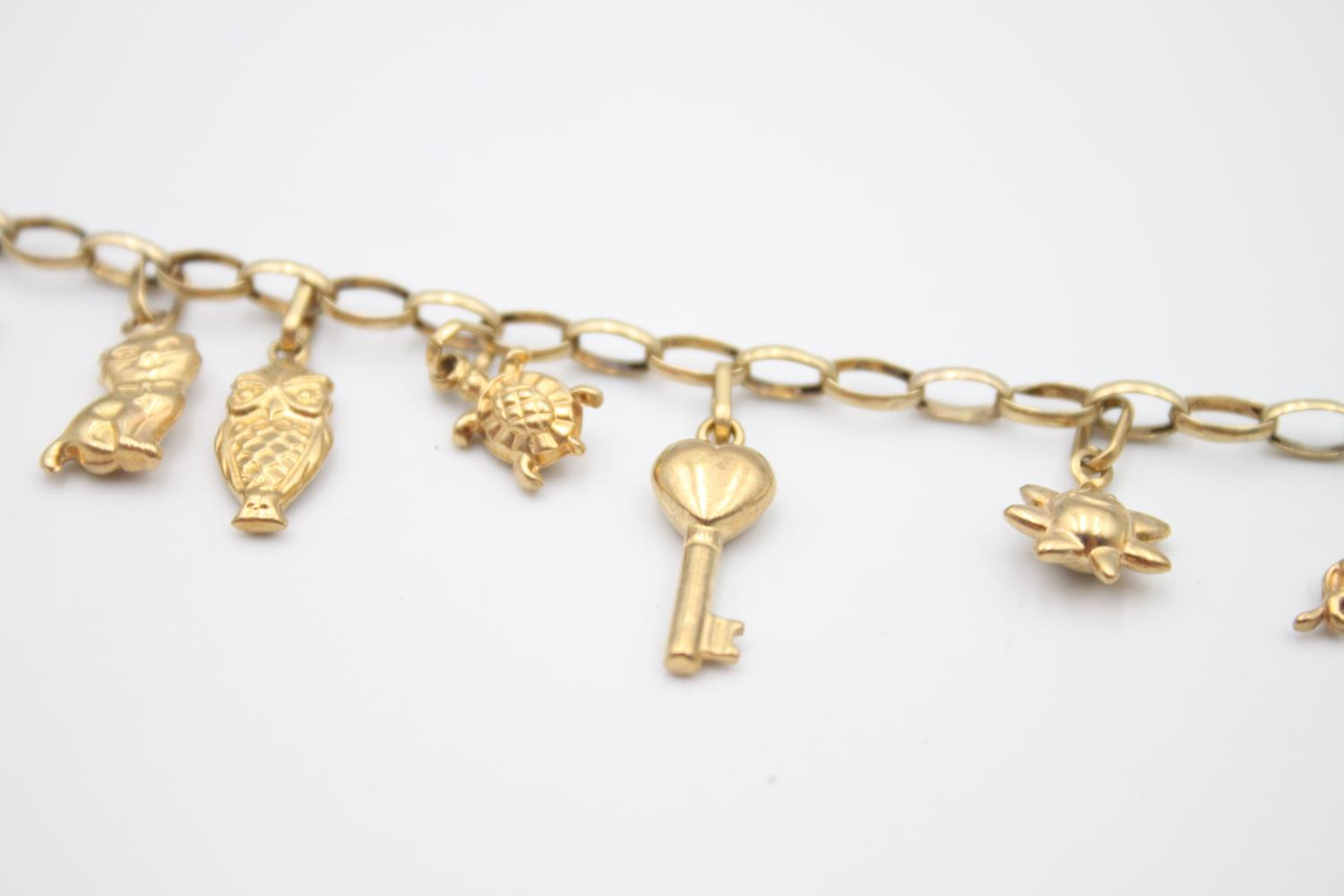 vintage 9ct gold rolo link charm bracelet with a variety of charms 5.7g - Image 4 of 7