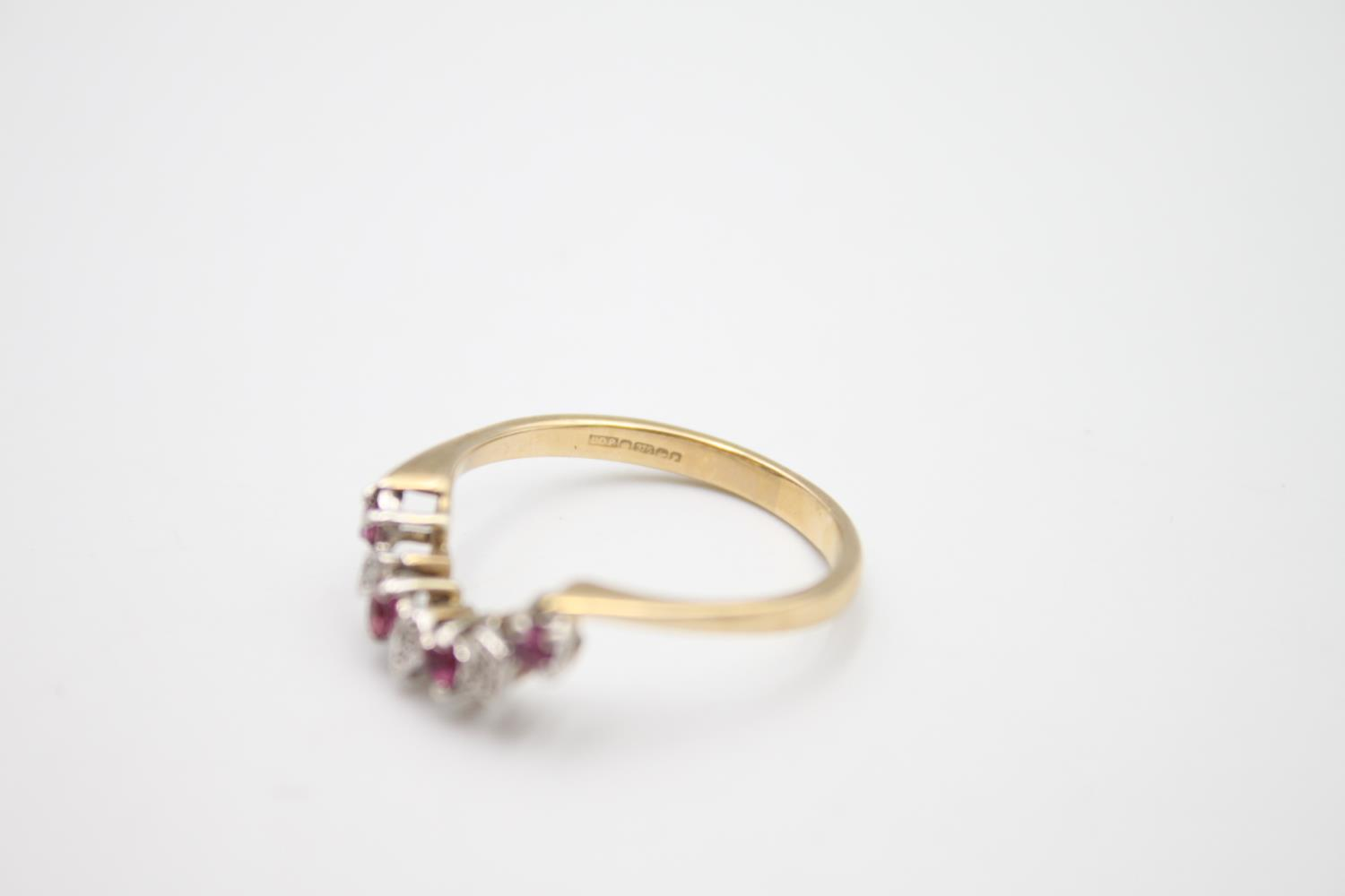 9ct gold diamond & ruby wed-fit chevron ring 2.7g Size S - Image 5 of 5