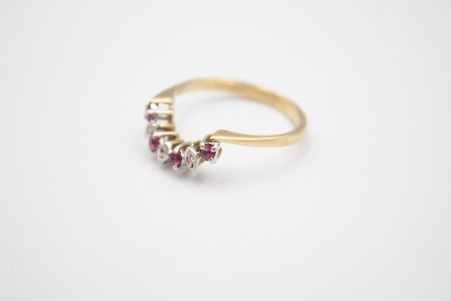 9ct gold diamond & ruby wed-fit chevron ring 2.7g Size S - Image 2 of 5