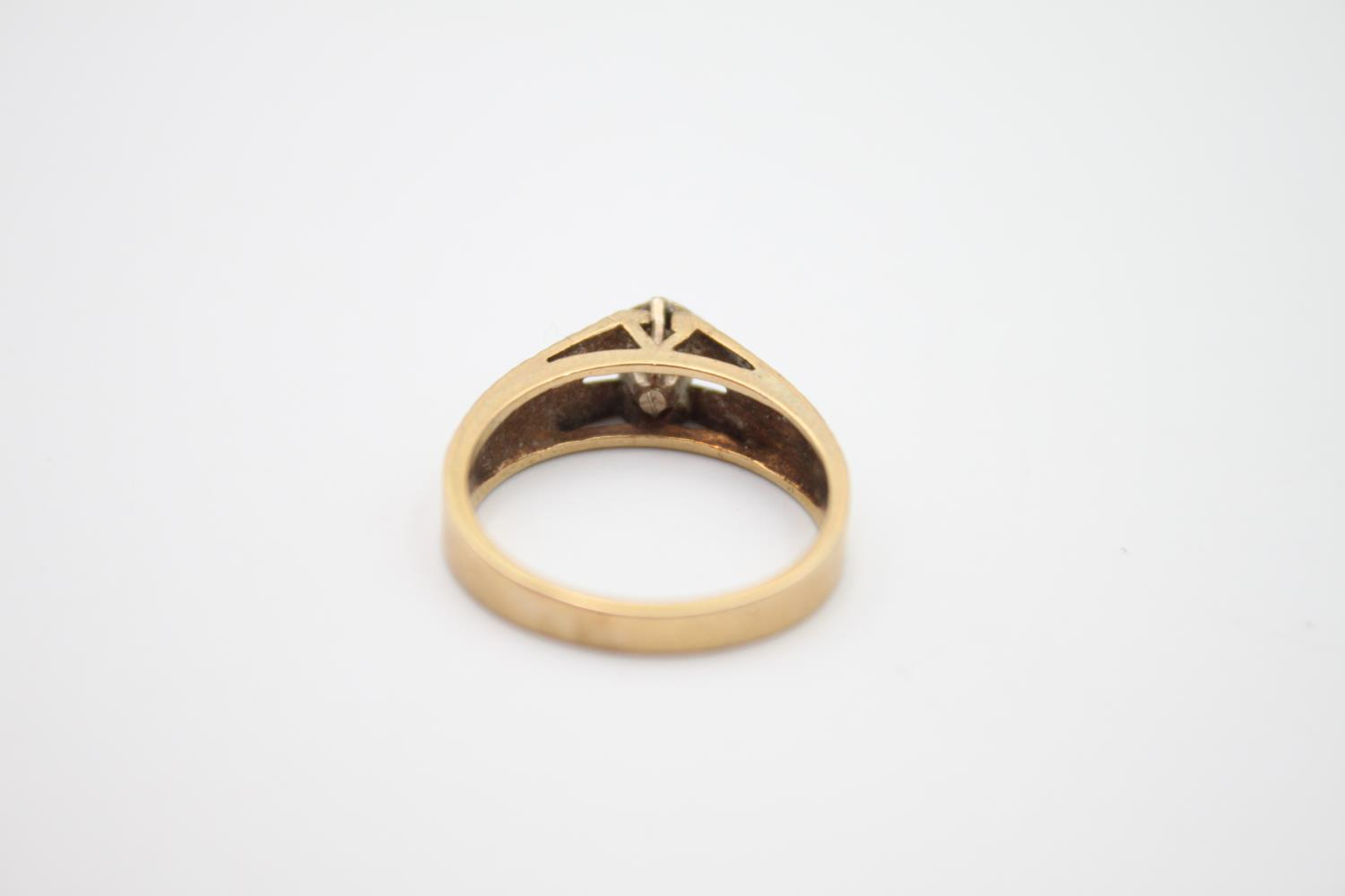 9ct gold textured diamond solitaire ring 3.2g Size M - Image 4 of 5